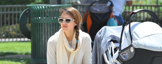 Jessica Alba mit Sonnenbrille und seitlichem Zopf