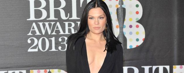 Jessie J im schwrazen Kleid mit tiefem Dekolleté