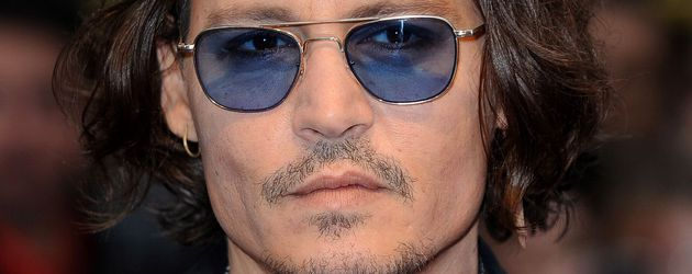 Johnny Depp mit halblangen Haaren und blaugetönter Sonnenbrille