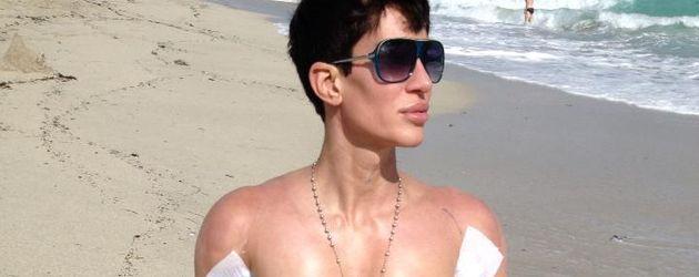 Justin Jedlicas Bizeps wird modelliert