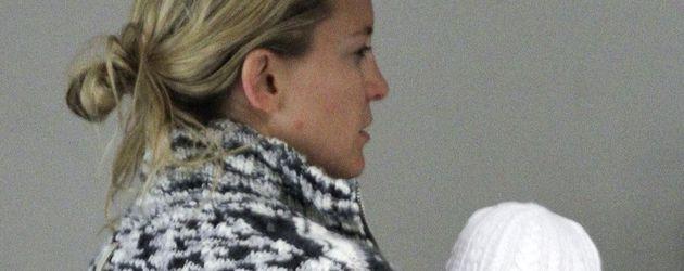 Kate Hudson trägt ihren Sohn Bingham