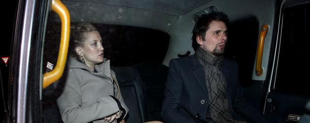 Kate Hudson und Matt Bellamy sitzen im Auto