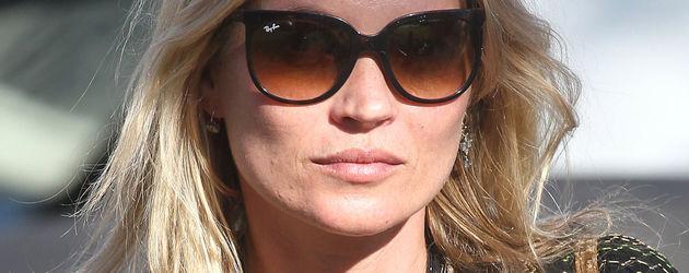 Kate Moss in schwarzer Bluse Portrait