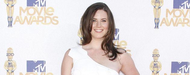 Katie Featherston in weißem Kleid