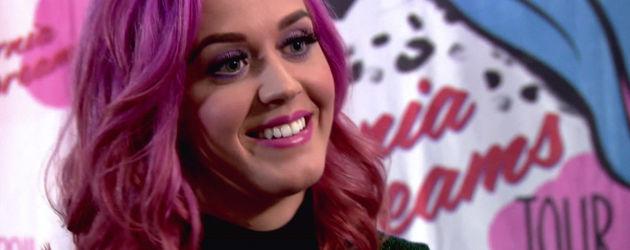 Katy Perry lacht mit pinken Haaren