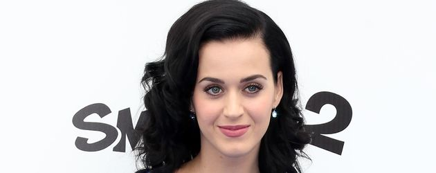 Katy Perry stemmt Hände in die Hüften