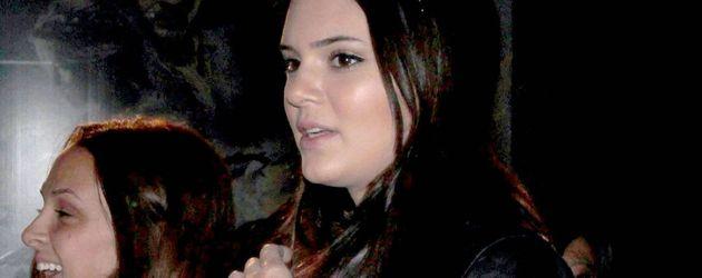 Kendall Jenner im coolen Look - Lederjacke und Kappe