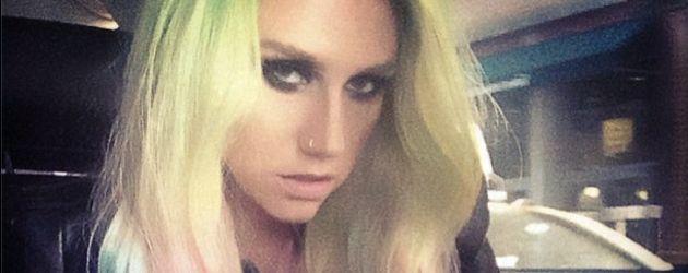 Kesha mit Regenbogen-Haaren