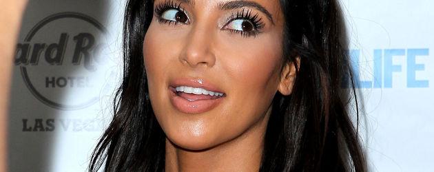 Kim Kardashian guckt genervt zur Seite