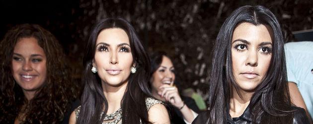 Kim und Kourtney Kardashian im Publikum
