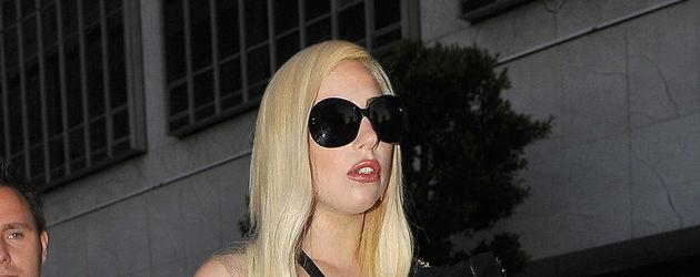 Lady Gaga im Bondage-Kleid mit Strumpfhose