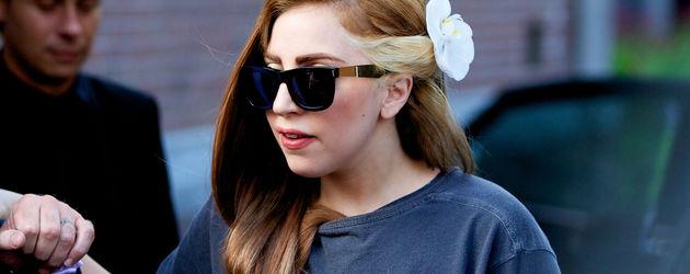 Lady GaGa mit Blume im Haar
