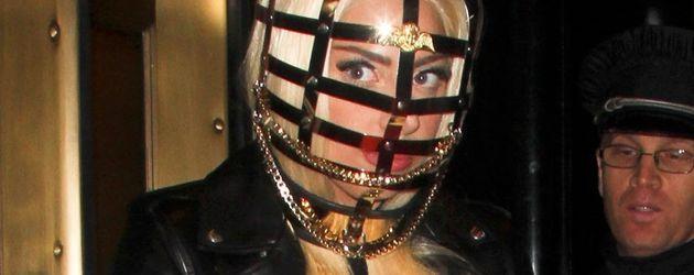 Lady GaGa trägt eine Maske