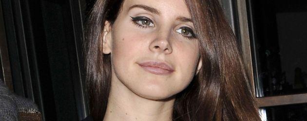 Lana Del Reys BH schaut aus ihren Shirt
