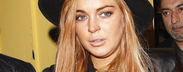 Lindsay Lohan verlässt ein Restaurant