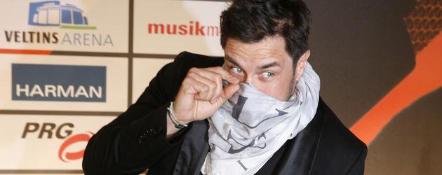 Marco Schreyl mit seinem Tuch über dem Mund