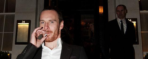 Michael Fassbender raucht