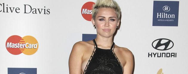 Miley Cyrus im langen schwarzen Kleid auf Pre-Grammy Party