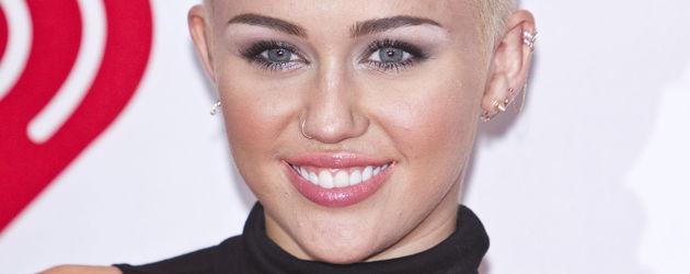 Miley Cyrus mit hochgestylten Haar