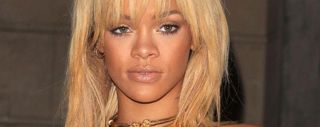 Rihanna im dunkelgrünem Kleid