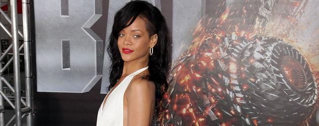 Rihanna im langen, weißen Kleid