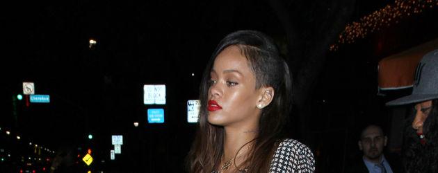 Rihanna mit an der Seite abrasierten Haaren