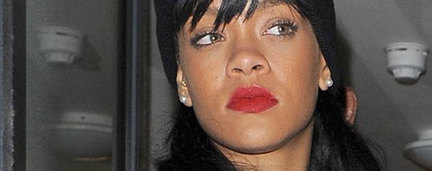 Rihanna mit roten Lippen und Mütze