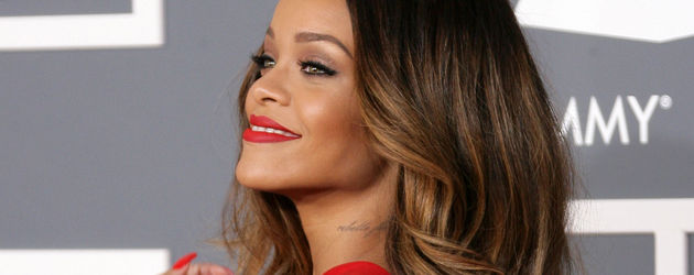 Rihanna zeigt bei den Grammys Rücken