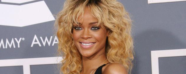 Rihanna zeigt viel Dekolleté