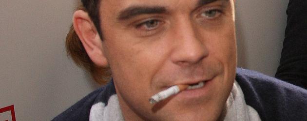 Robbie Williams mit einer Zigarette im Mund