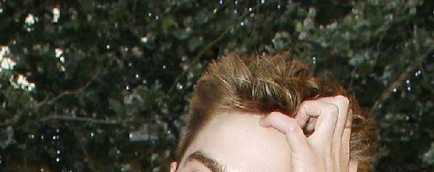 Robert Pattinson geht sich durch die Haare