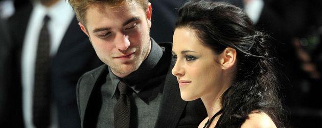 Robert Pattinson hält Kristen Stewart liebevoll im Arm