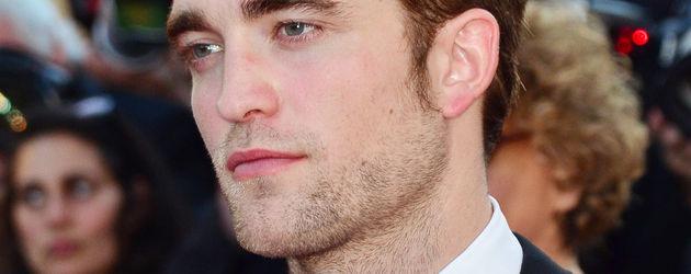 Robert Pattinson im Anzug mit Krawatte