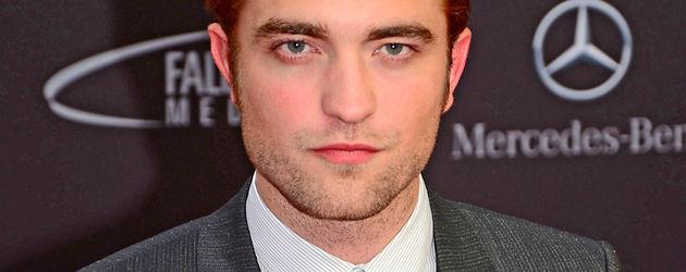 Robert Pattinson schaut ziemlich ernst