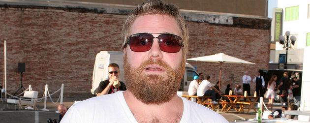 Ryan Dunn mit weißem Shirt und Sonnenbrille
