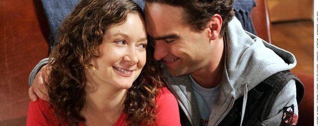 Sara Gilbert und Johnny Galecki umarmen sich in The Big Bang Theory