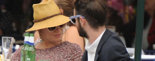Schwangere Sienna Miller und ihr Tom sitzen in einem Restaurant