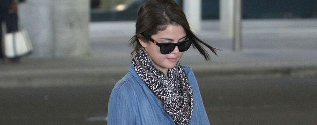 Selena mit großem Kissen
