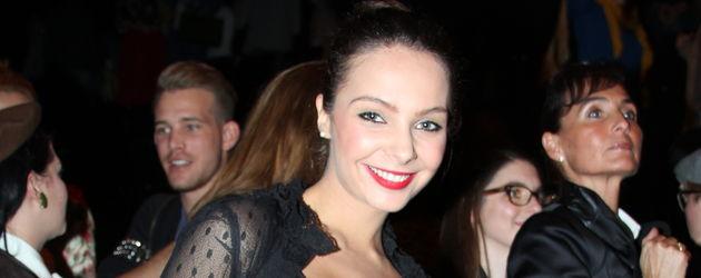 Sommermädchen Anastasia im schwarzen Shirt