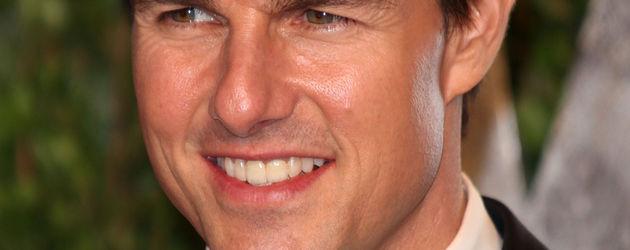 Tom Cruise lächelt und schaut zur Seite