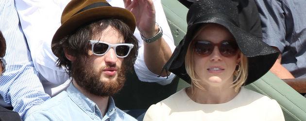 Tom Sturridge mit Sonnenbrille und Sienna Miller mit Hut