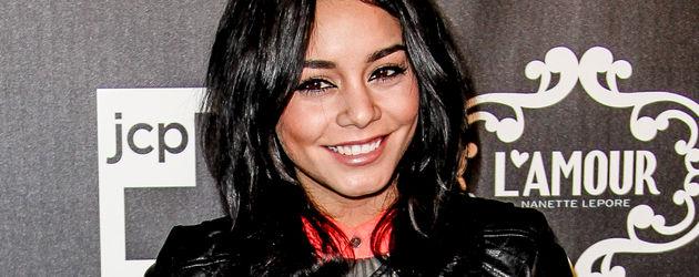 Vanessa Hudgens mit Lederjacke und kurzen Haaren