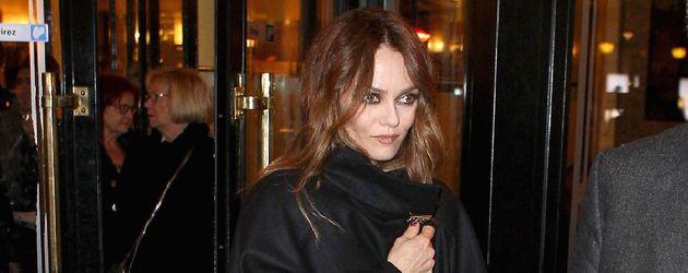 Vanessa Paradis in roter Hose und weitem, schwarzen Mantel