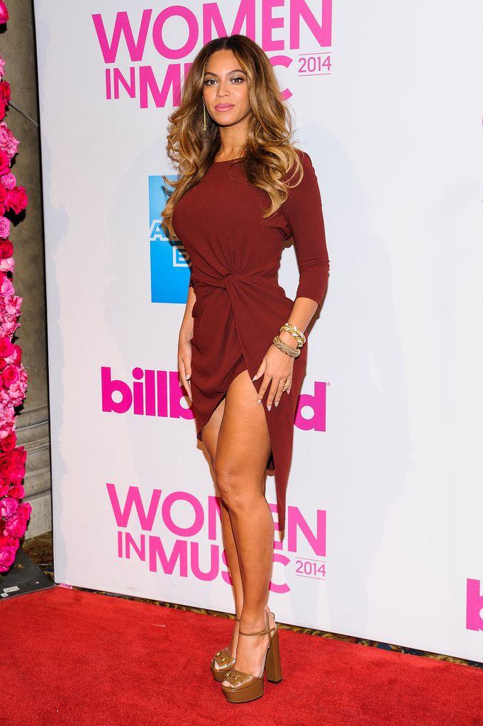 Super sexy! Beyoncé zeigt viel Bein im Wow-Kleid | Promiflash.de