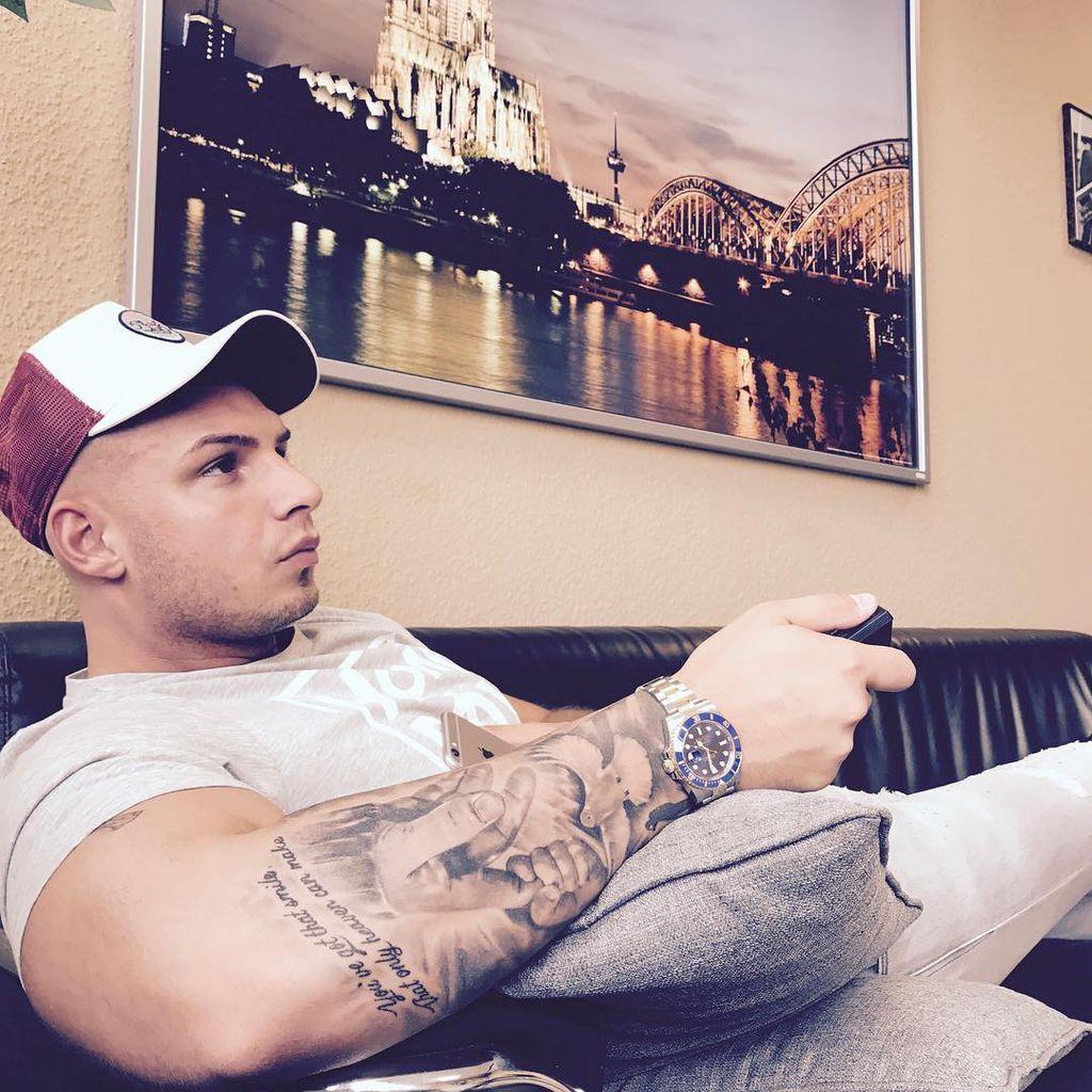 Spontan Tattoo Pietro Lombardi Trägt Ein Neues Kreuzchen