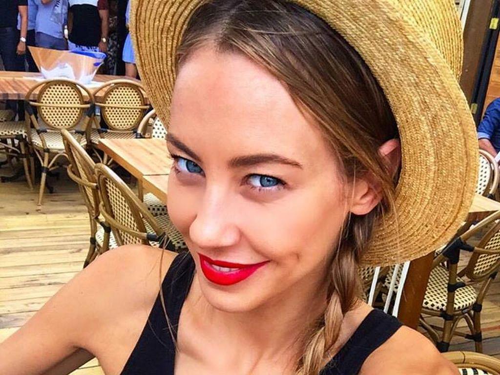 Alessandra Meyer-Wölden mit Strohhut