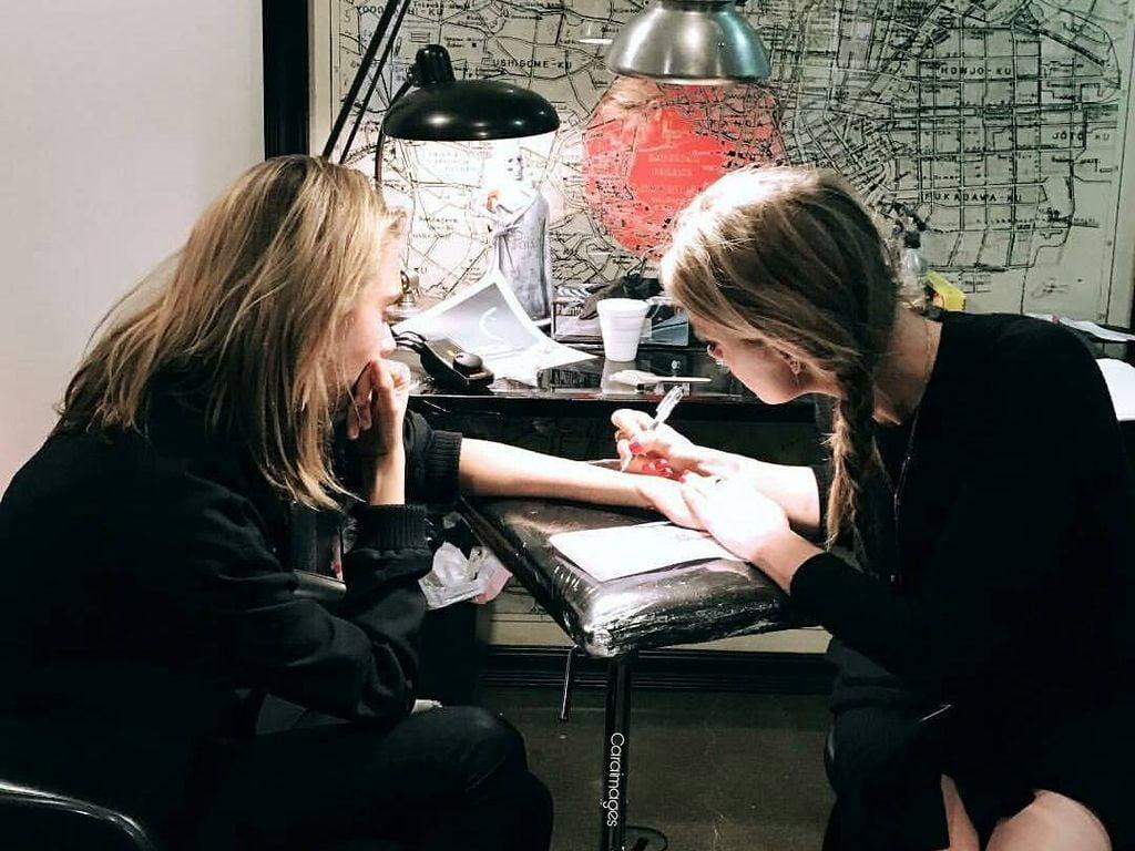 """Cara Delevingne und Amber Heard beim Tätowieren im """"Shamrock Social Club"""" in West Hollywood"""