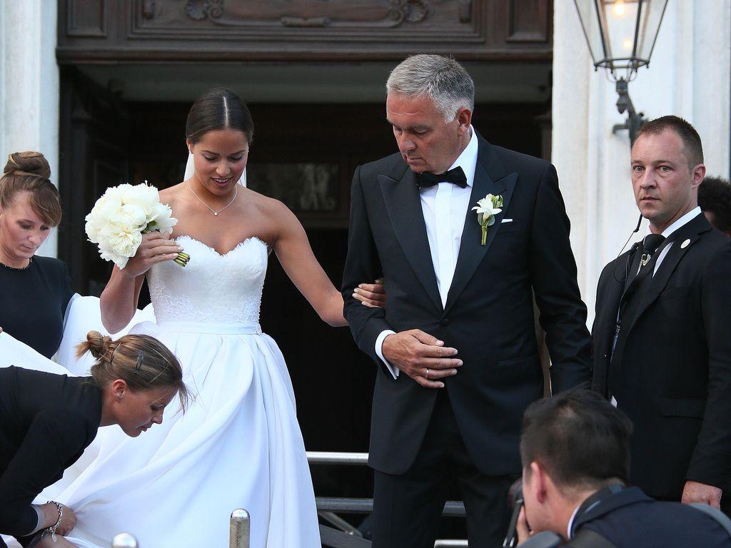 Ana Ivanovic mit ihrem Vater auf dem Weg zur kirchlichen Trauung