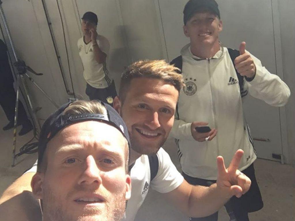 André Schürrle, Shkodran Mustafi und Bastian Schweinsteiger nach dem Einzug ins EM-Halbfinale 2016