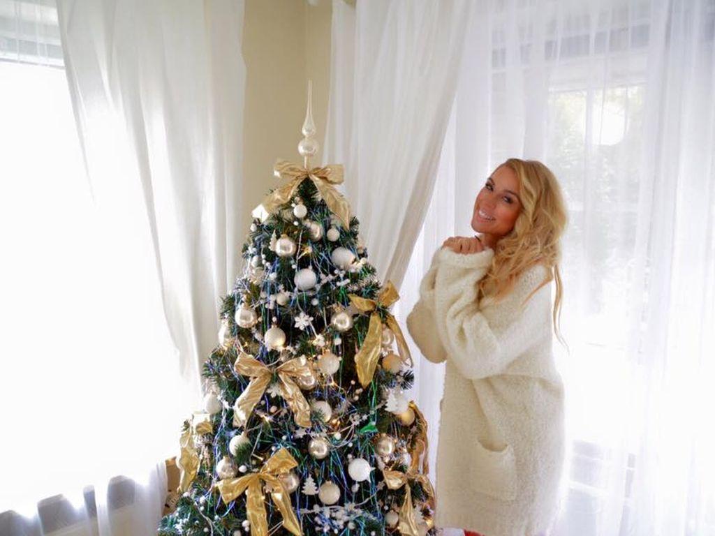 Aneta Sablik mit ihrem Weihnachtsbaum